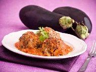Пържени кюфтета от телешка кайма в сос от патладжани и домати на тиган